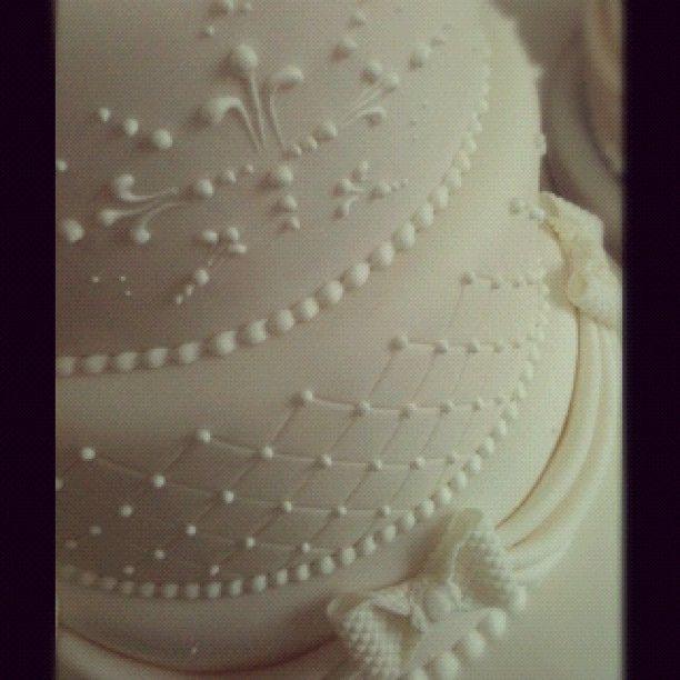 Detalhe do bolo de casamento. Os laços e drapeados ainda foram pintados de pérola... :) by Djalmma Reinalldo (Cake Designer), via Flickr