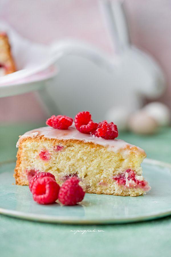 Puszyste ciasto cytrynowe z malinami i lukrem
