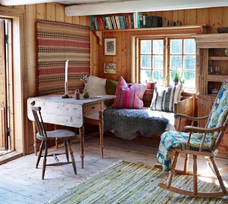 Kosekrok: Det er stuekroken med de store, gode putene som benyttes mest på denne hytta i Vedalen. Stoler, bord og sengebenk har fått en oppfriskning med moderne puter.