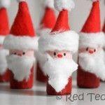 Des pères Noël à accrocher faits de bouchon de liège, de coton et de la feutrine