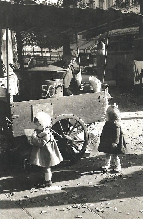 """Paris 1956 """"Le vendeur de châtaignes"""" Photo:Edouard Boubat,"""