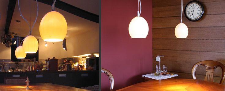 Warm en zacht licht boven de tafel
