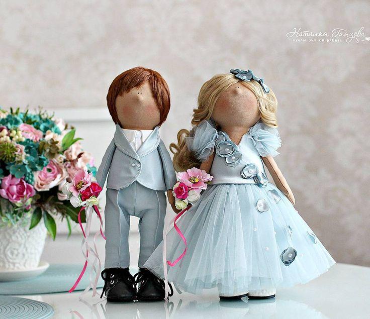 Как мне нравится сегодняшняя свадебная мода😊... И платье невесты совсем не обязательно должно быть белым.....цвет неба после дождя.....цвет  воздуха, наполненного любовью, нежностью и счастьем!  Поцелуйте своих любимых💕💋 и берегите своё счастье! Куколки теперь будут красоваться в свадебном салоне среди шикарных нарядов для прекрасных…
