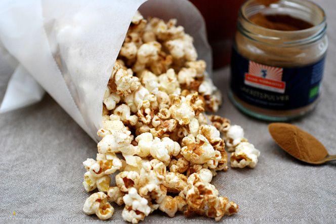 Lakritspopcorn med karamellkrisp! Med smaksättning av lakritspulver och smält kokossocker blir dessa popcorn ett festligt alternativ som passar perfekt till kalaset eller helgmyset.
