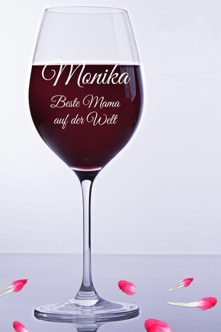 Rotweinglas mit Gravur Text.