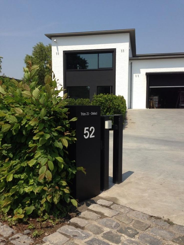Briefkasten aus Edelstahl passend zur modernen Hausarchitektur