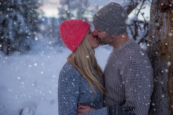 engagement photos snowing - we LOVE winter engagement photos. They add such a whimsical feel and great contrast to summertime wedding photography, giving you a wide range to choose from when making prints for your home :) tailoredfitphotography.com/wedding-photography/kal-park-winter-engagement-photography/