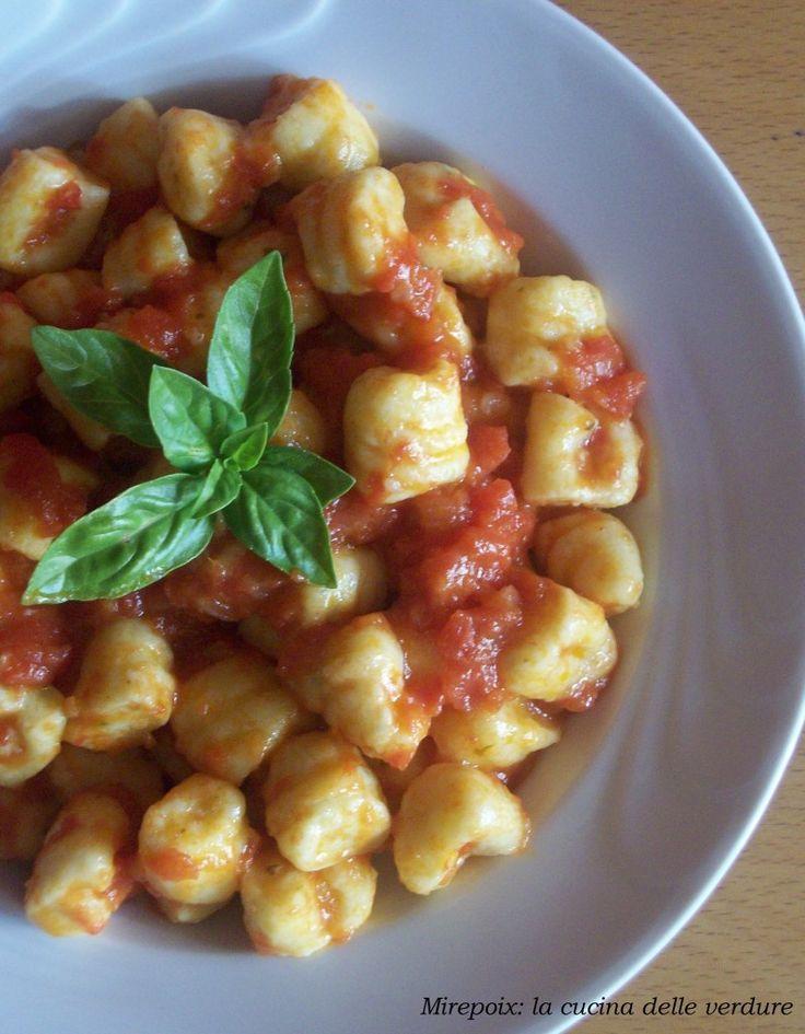 Gnocchi di ricotta al basilico con salsa al pomodoro, ricetta mediterranea. | Mirepoix: la cucina delle verdure.