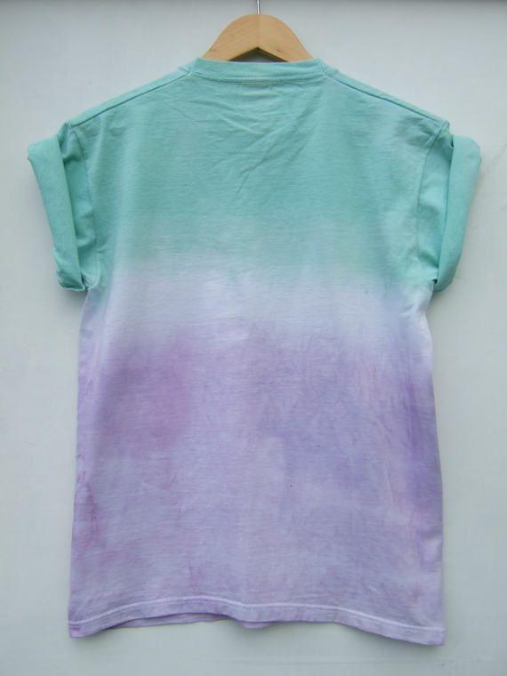 Dip Dye Shirt - Größe Medium nur - mit hütet euch vor den Troll-Print. Ärmel sind für Anzeigezwecke gerollt. Shirt-Marke ist Frucht der Webstuhl. Bitte stellen Sie sicher, dass Sie Größenanpassung Messungen vor dem Kauf überprüfen Größe Medium Breite von Grube zu Grube: ca. 49cm Länge ab Schulter bis Saum: ca. 66cm Pflegeanleitung: dieses Shirt ist Hand gefärbt und sollte bei einem kühlen und getrennt an die andere Kleidung gewaschen werden.