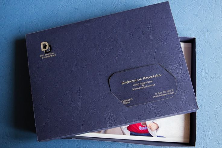 NOWOŚĆ ! Pudełka na zdjęcia - 15 x 21 cm, wykonane z ozdobnego papieru o fakturze płótna, kolor biały. Do samodzielnego złożenia. Wykonujemy również wizytówki grawerowane w papierze pasujące to pudełka. Dostępne kolory: biały (płótno), bordowy i granatowy (o fakturze skóry). info@dex-druk.pl www.dex-druk.pl www.drukimedyczne.pl
