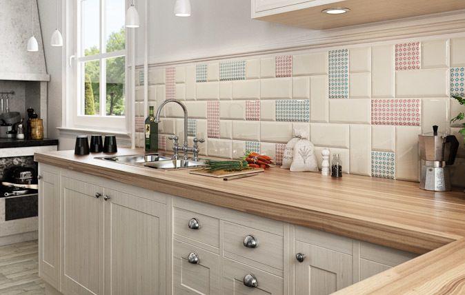 Połączenie idei dwóch kolekcji w jedną zaowocowało niezwykle interesującą propozycją dla Twojej kuchni. Dodanie do tradycyjnych białych kafli niebieskich i czerwonych ornamentów pozwoliło na uzyskanie przestrzeni estetycznej, lecz bez obawy o popadnięcie w nudę.