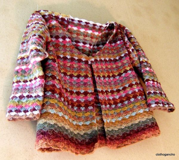 "Cute child's #crochet cardigan sweater. Another to add to my long ""want to make"" list http://clothogancho.canalblog.com/"