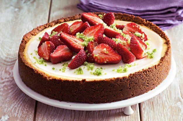 Cheesecake s jahodami a bazalkovým cukrem | Apetitonline.cz