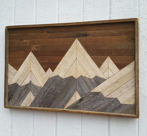 Handgemaakte originele ontwerp, rustieke shabby chique muur kunst van een sneeuw bedekt gebergte, met behulp van geregenereerde lat. en verweerde schuur hout. De grootte van de rechthoek is ca. 23 × 15 × 1.5 diep. Deze kunst lat. heeft alle natuurlijke hout kleuren. Geen hout is geschilderd. Verschillende bruin van de lat. zijn als gevolg van oxidatie worden blootgesteld aan de lucht voor vele jaren. De lichtere lat. is te wijten aan het hout het absorberen van sommige van de vloeibare…