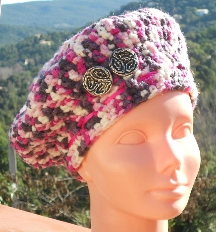 Mijn laatste creatie: gehaakte baret met knoopversiering. Een haakpatroon voor slechts 1 euro. De baret zelf is ook te bestellen. Kijk maar in mijn webwinkel.