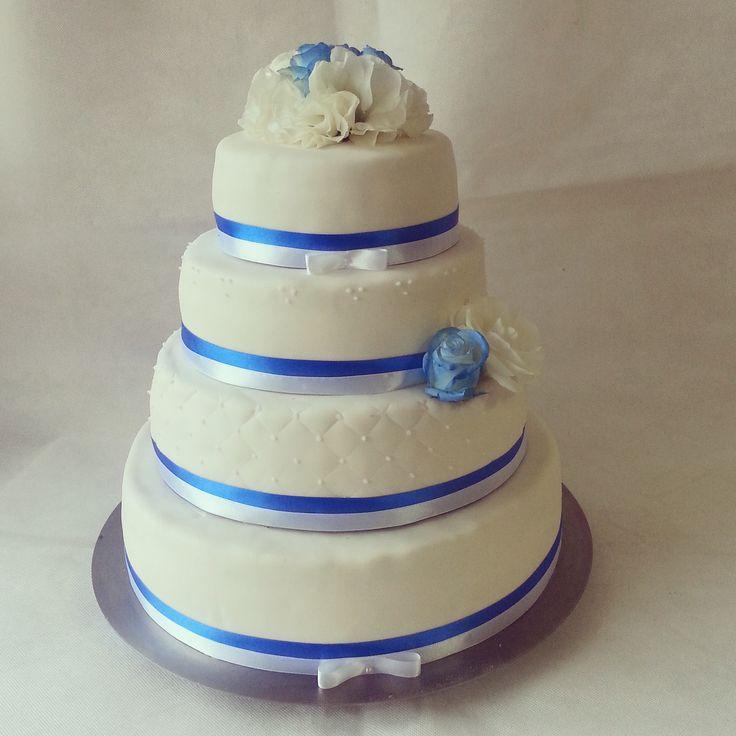 Biało niebieski tort weselny, tort w stylu angielskim, tort z żywymi kwiatami, tort weselny z białymi eustomami, niebieski róże, biało niebieska wstążka
