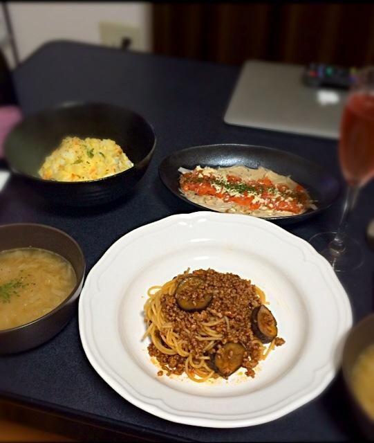 第2弾!作りすぎたー(゚ρ゚)ノお腹いっぱい。。 - 60件のもぐもぐ - 茄子のボロネーゼ、オニオンスープ、ポテトサラダ、サーモンのカルパッチョ by yunyunyunka