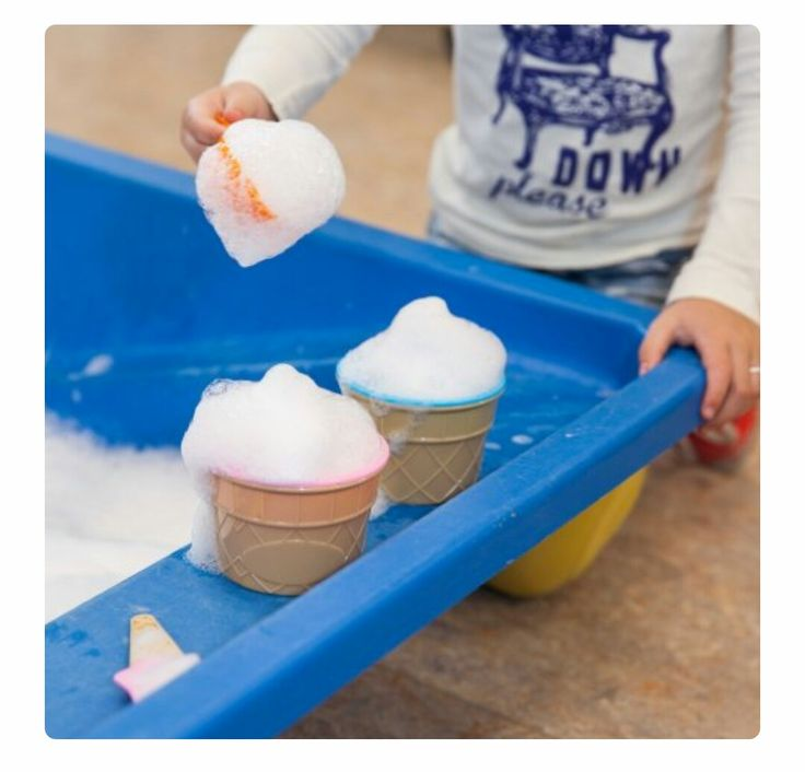 Schuim, ijslepels en ijsvormpjes in de watertafel