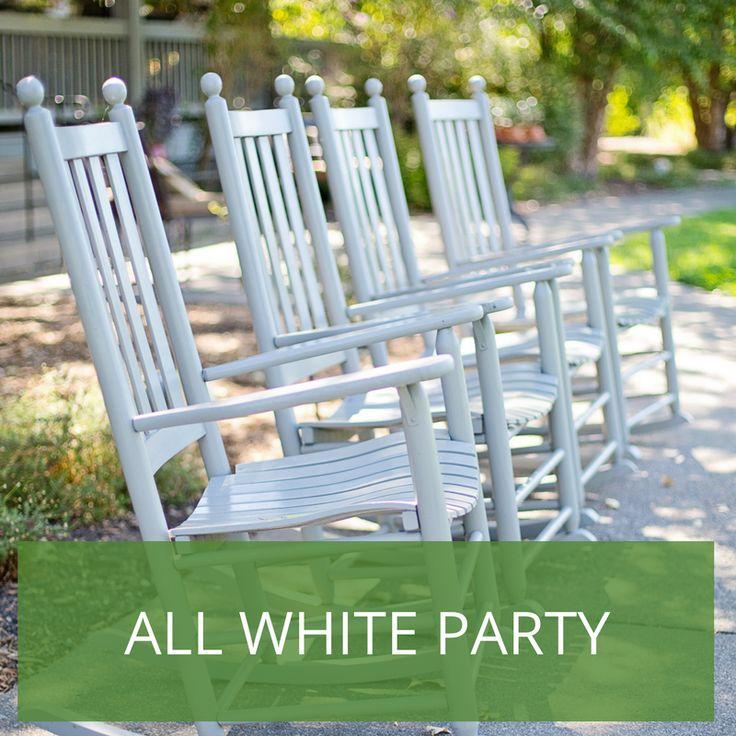 Wer hätte es gedacht? Der Dresscode der All-White-Party ist natürlich: Alles in Weiß. Freuen Sie sich auf luftige weiße Sommerkleider und schicke weiße Anzüge oder legere Leinenhosen bei den Männern. Hier ist das Motto wirklich Programm. Alles muss in weiß sein. Von der Tischdecke über weiße Lampions bis hin zur Blumendeko.