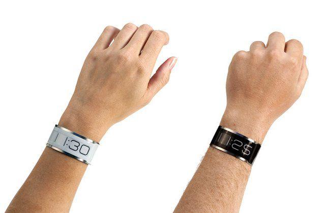 """A fabricante Central Standard Timing criou aquele que é certamente o relógio de pulso mais fino do mundo: o CST-01, assim se chama, tem 0,80 milímetros, é feito de aço e parece uma pulseira de metal. As horas são apresentadas numa tela feita de """"papel digital"""", numa tecnologia igual à utilizada nos leitores Kindle, da Amazon. Apesar do seu aspeto vulnerável, a empresa garante que o relógio resiste às batidas. Com um carregador próprio, a bateria pode ser reposta em 10 minutos e dura por…"""