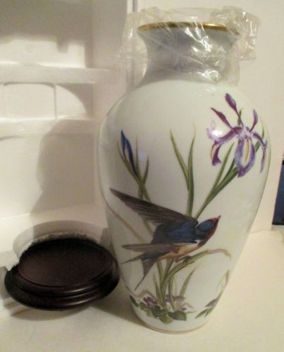 Franklin-Porcelain-Limited-Edition-Meadowland-Vase-Bluebirds-New-in-box