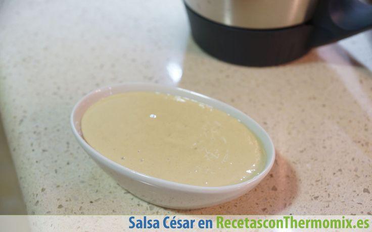 La salsa César es el aliño de la ensalada con la que comparte nombre, aunque la podemos usar para condimentar otros tipos de platos.