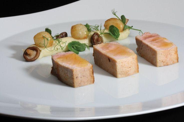 Gebraden lende van het Livar-varken, crème van artisjok, gekonfijte marloeskes en een noisetteboter-vinaigrette - Passiehoreca.nl !