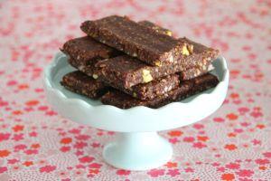 dadels, vijgen, noten en eetlepel cacoapoeder fijnhakken/mixen. even in de koelkast en klaar!