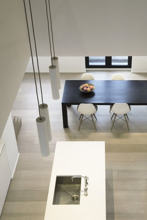 sfeer. houten tafel met witte stoelen, al zie ik liever een lichter hout voor de tafel, niet zo hard