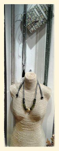 Collana in vetro lunga per fare il doppio giro o il nodo, disponibile in tantissimi colori. Collana in cristalli con nappina collana ZSISKA Bold.