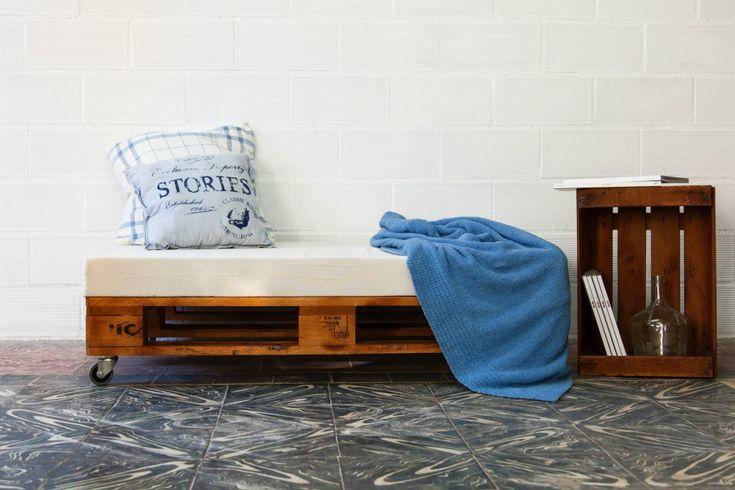 Pufrealizado conpalets europeos reciclados. Por sus dimensiones, se trata de un puf multifuncional, un asiento auxiliarpara dos personas, ideal tanto para la terraza como para cualquier estancia de casa.  Tratamos la madera de los palets para que sea duradera y tengan un aspecto nuevo. Estos sofás pueden emplearse tanto en interior como en exterior,