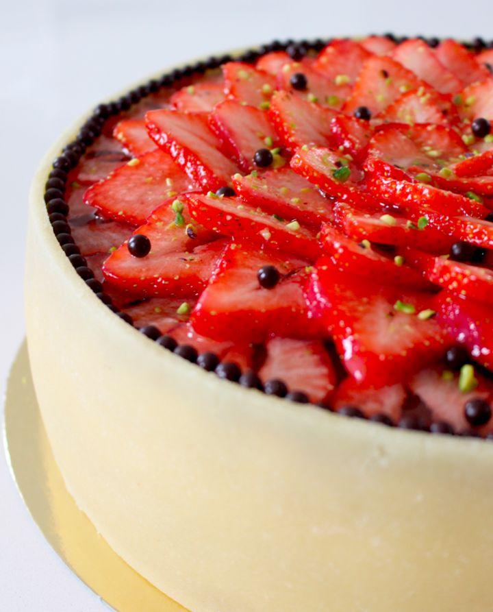 Klassisk jordbærlagkage med mandelbunde, konditorcreme og jordbærgrød