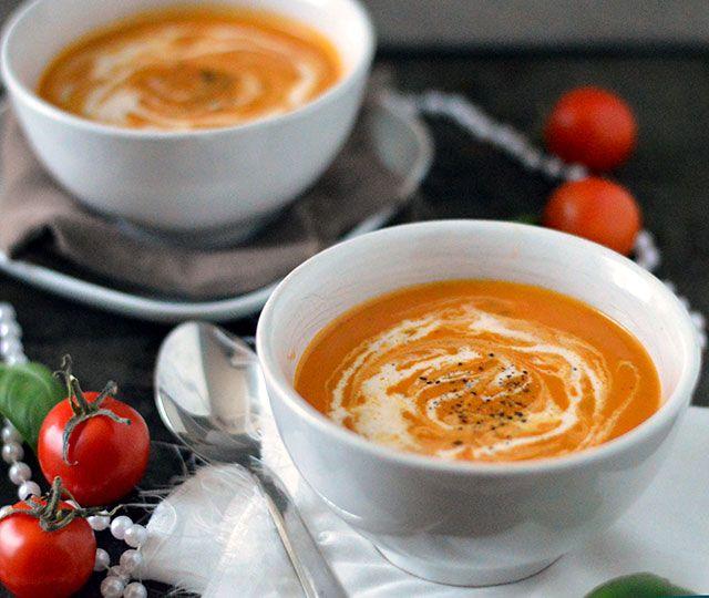 Romige tomatensoep met zongedroogde tomaat. Een heerlijke soep die echt een allemansvriend is. Extra lekker door de zongedroogde tomaatjes.