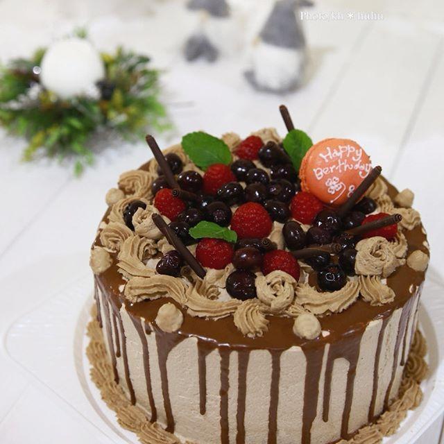 *ダーク・・・でもcute❤* 生チョコデコレーションケーキ ・ ・ ・ お誕生日ケーキのお話しいただいて 作ったデコレーションケーキです♪ 「チョコレートとブルーベリー 渋い系のイメージで♪」 ・・・と、リクエスト☆ 生地はいつもよりもちょっとしっかり目の生地の チョコレートシフォンケーキ 二層で、トッピングと同じブルーベリーのコンポートと砕いた チョコレート挟んであります♪ デコレーション絞りはツタっぽく流してみました。 イメージが自然体な方だったので❤ ・・・ドット絞りちょい失敗 ちょこっと薔薇絞りもくわえてみました♪ トッピングフルーツはラズベリーとブルーベリーの 優しい甘さのコンポート。 もうマカロンは焼かない・・・決めたんですが やっぱり大きさ違うし~٩(๑>◡<๑)۶懲りない人です そして・・・ たらぁ~ん❤ ダークなイメージがお好きという事で チョコレートソース今は流行りの「たらぁ〜ん 」 垂らしてみました♪ ・ ・ ・ 色々試させてもらい楽しく嬉しかったです♪ ・・・渡したときの笑顔も頂き٩(๑>◡<๑)۶ ろうそく灯したお写真までいただきありが...