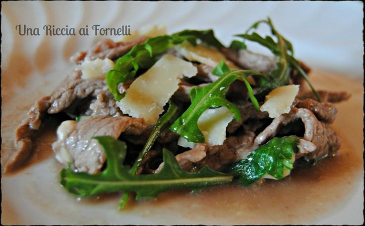 Straccetti di manzo rucola e grana, ricetta veloce - Una Riccia ai Fornelli