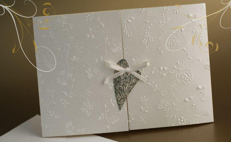 Partecipazioni di nozze, inviti di Matrimonio.Partecipazione inserita in elegante tasca in carta opale decorata in Rilievo. Cuore in oro.