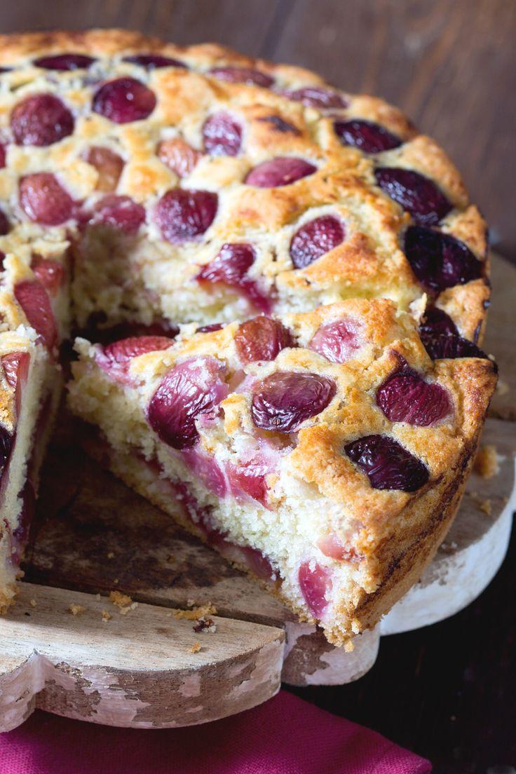 Torta di ciliegie: un impasto soffice e goloso che racchiude una farcitura prelibata. [Cherry cake]