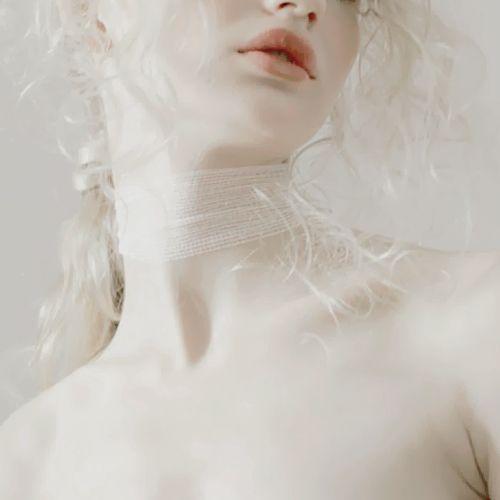 Hohe Schlüsselweiß-, Graustufen-, europäische Albino-blonde Frau / weibliche Porträtfotografie und professioneller Headshot von der Vorderansicht, redaktionelle Modefotografie, hergestellt in einem Studio. Meist handelt es sich um Nahaufnahmen von schönen jungen Frauen mit natürlichem Lächeln und wunderbarem Gesicht, Augen und Haaren in der besten Pose. Tolle Ideen und Inspiration für das Spiel mit Licht und Schatten, um eine Porträtfotografie mit hohem Anspruch zu kreieren. Avennon