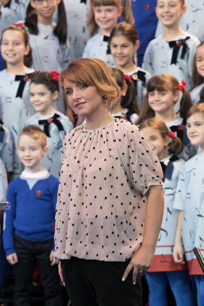 """Sabrina Simoni,direttrice del Piccolo Coro """"Mariele Ventre"""" dell'Antoniano di Bologna, indossa laviniaturra. T-shirt girocollo a pois A/I 2014-15."""