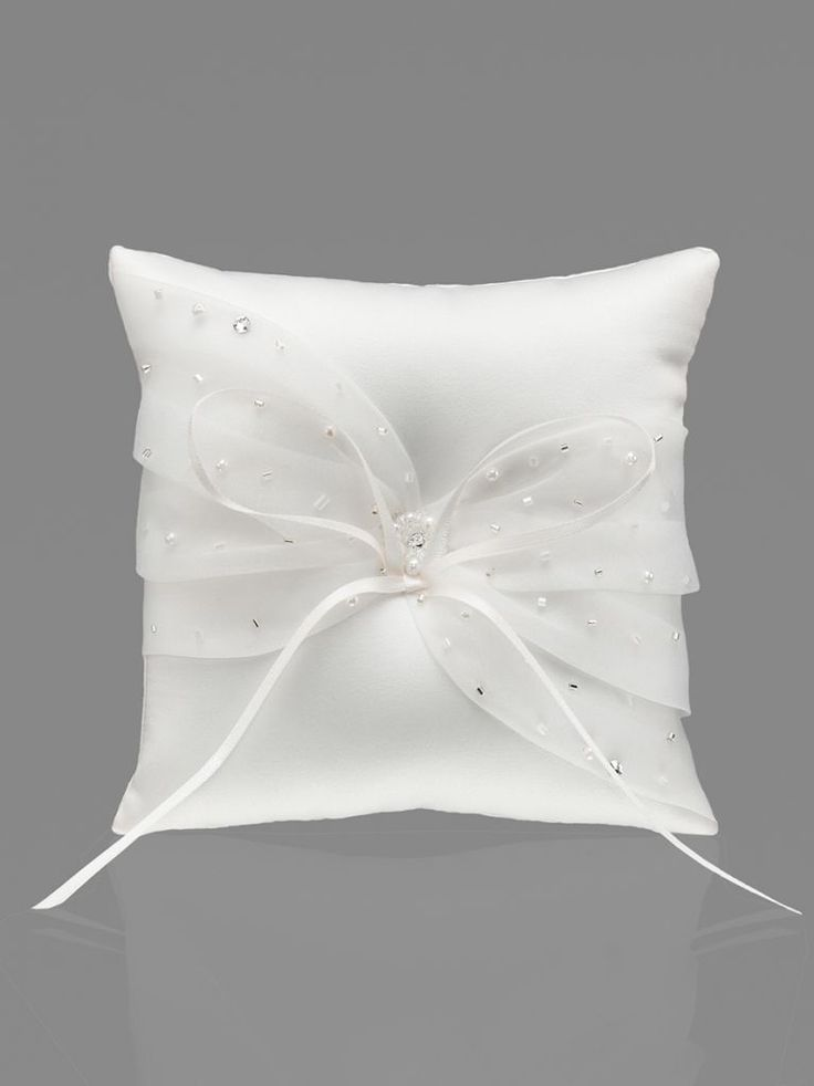 Coussin porte Alliances en Satin et Organza Marque : Emmerling Référence : 39022 Couleurs : Blanc ou Ivoire Taille : 14 x 14cm