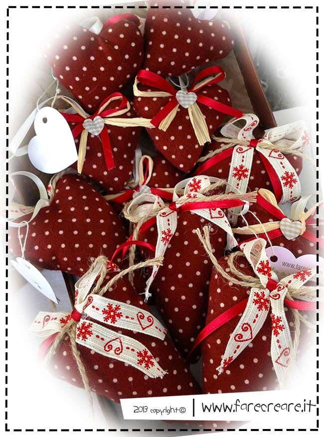 Decori di Natale fai da te: tante idee per cuori in stoffa e lo schema di taglio.