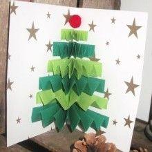 A chaque fin d'année, il est bon ton d'envoyer ses meilleurs vœux aux personnes qui nous sont chères. Et pour cela, quelle meilleure preuve d'amour que de fabriquer vous-mêmes les cartes qui renfermeront vos petits mots doux ? Alors voici un petit DIY très simple et très rapide pour confectionner une jolie carte sapin de Noël grâce à un habile jeu de pliage...