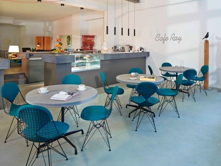 Vitra Chairs in een cafe. Vitra Wire Chair stoelen met #bekleding. Gestoffeerde #design #chairs van #Vitra.