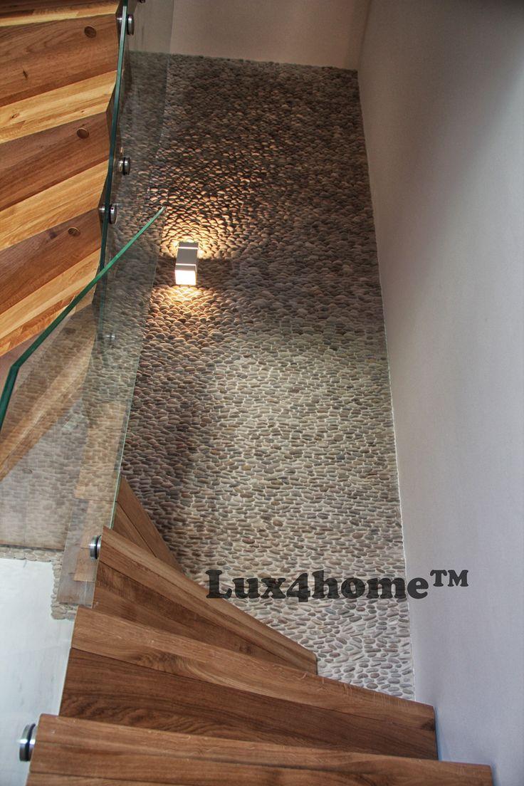 Ta #ściana przy schodach ma na sobie #otoczaki 3D #Lux4home™. Na żywo wygląda imponująco, na zdjęciach zresztą też... Model Ścianki z kamienia #Malukutan