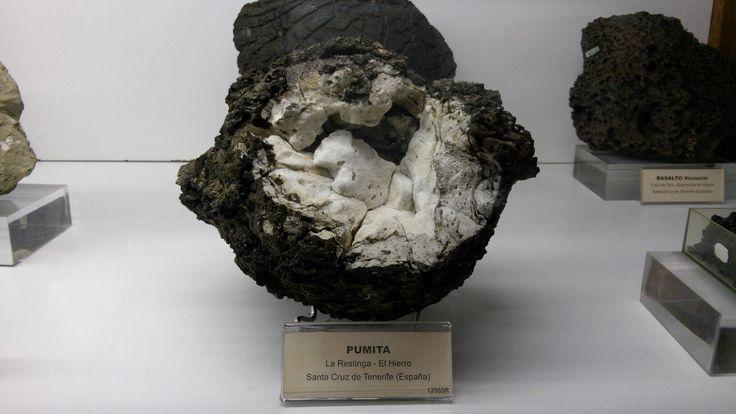 PUMITA. Roca ígnea volcánica de baja densidad que contiene feldespato potásico, cuarzo y plagioclasa. Se forma debido a la gran descomprensión que sufre la lava proyectada al aire. Textura: vítrea, altamente vesiculada, porosa