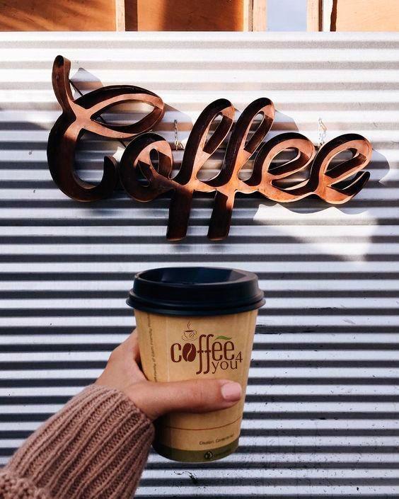 модель картинки рекламы кофе с собой миниатюрное бикини оставляет
