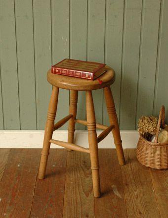 アンティーク スツールはイストしてではなくサイドテーブル代わりにも◎ -木製のスツール アンティーク調