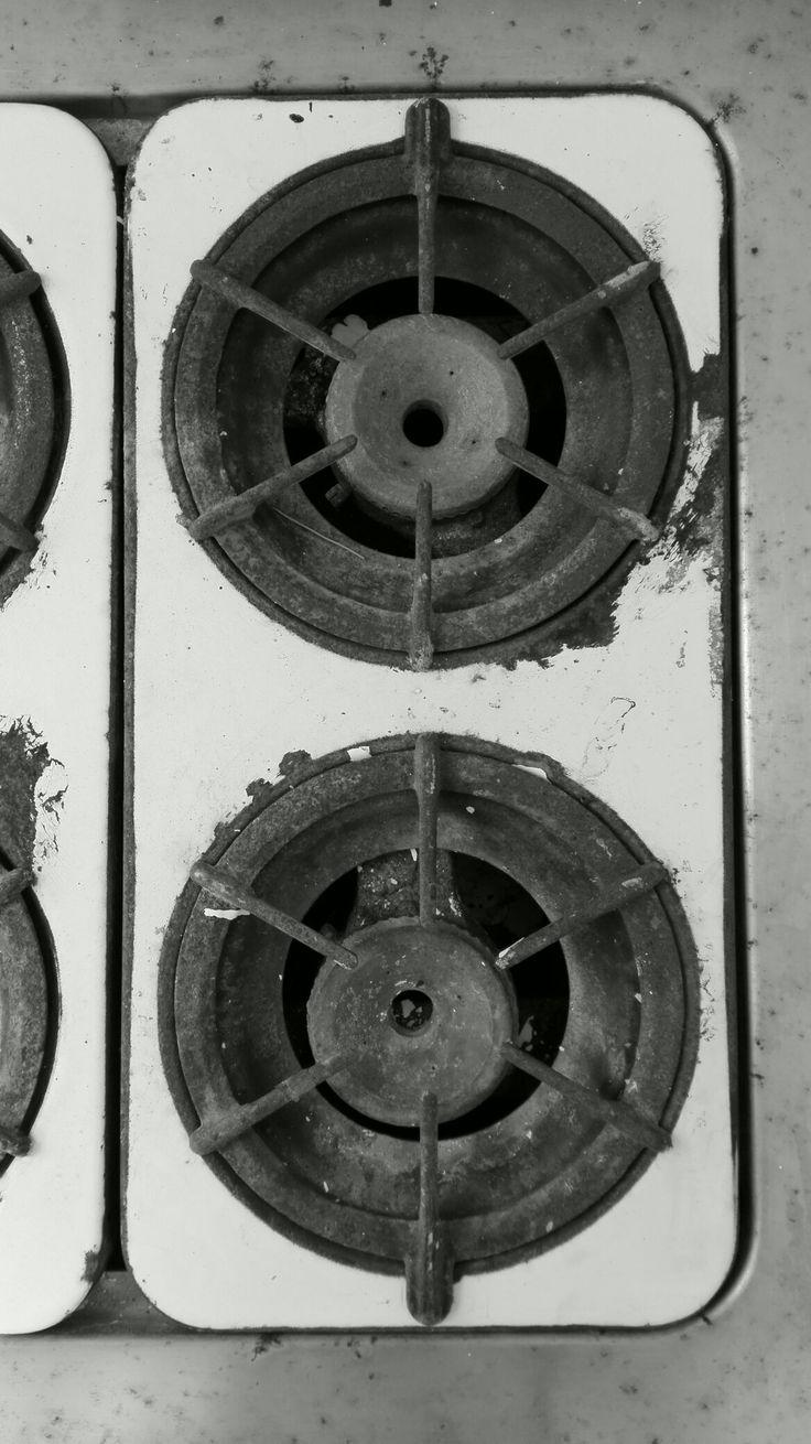 Estufa vieja en edificio viejo con oficina moderna #rugged #time #classic #kitchen #70s ®