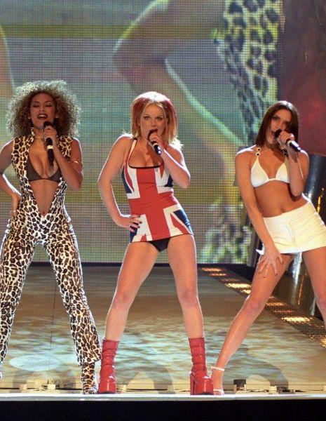 Il y a 18 ans, les Spice Girls se produisaient sur la scène des BRIT Awards (les Victoires de la musique britannique). http://www.elle.fr/People/La-vie-des-people/News/L-histoire-derriere-la-robe-Union-Jack-de-Geri-Halliwell-2906068