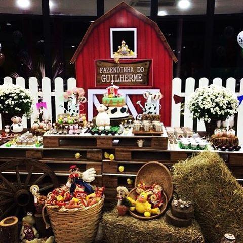 Festa Fazendinha muito linda por @camilalosi, adorei! Decoração super charmosa com mesa de pallets e painel lindo!  #kikidsparty